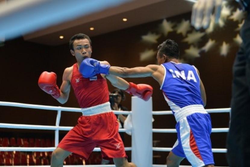 Petinju Indonesia Valentinus Nahak (kanan) melepaskan pukulan ke arah petinju Thailand Kritiphak Duangnut (kiri) saat pertandingan babak perempat final kelas Men's Fly (52 Kg) pada 18th Asian Games Invitation Tournament di JIExpo, Kemayoran, Jakarta, Senin (12/2).