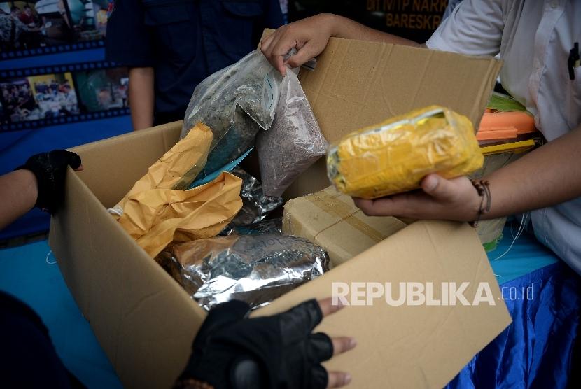 Petugas Badan Narkotika Nasional (BNN) menunjukan barang bukti narkoba sebelum dilakukan pemusnahan  (ilustrasi)