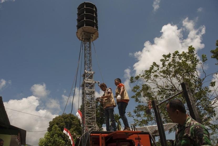 Petugas Badan Nasional Penanggulangan Bencana memasang sirine untuk perigatan dini bencana Gunung Agung di Komando Distrik Militer 1623 Abang, Karangasem, Bali, Jumat (29/9).