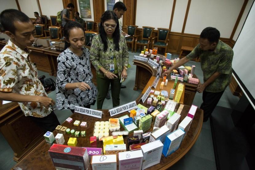Petugas Badan Pengawas Obat dan Makanan (BPOM) menyusun contoh kosmetik ilegal dengan bahan dan zat berbahaya yang diamankan dalam operasi pasar 19-30 Oktober 2015 di kantor pusat BPOM, Jakarta, Jumat (6/11).