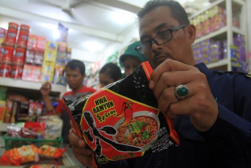 Petugas Balai Besar Obat dan Makanan (BPOM) dan Dinas Kesehatan Provinsi Sumatera Barat, memeriksa mi Instan di salah satu pusat perbelanjann, di Padang, Sumatera Barat, Senin (19/6).