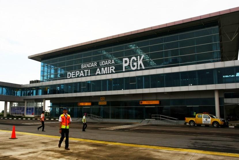 Petugas bandara berdiri di depan terminal kedatangan bandara baru di Bandara Depati Amir, Pangkal Pinang, Kepulauan Bangka Belitung, Rabu (11/1).