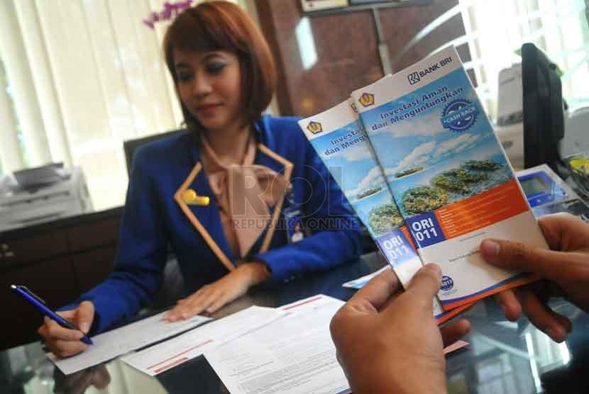 Petugas bank melayani nasabah calon pembeli Obligasi Ritel Indonesia (ORI) 011 di Bank BRI Pusat, Jakarta,?Rabu (1/10).(Republika/Prayogi)