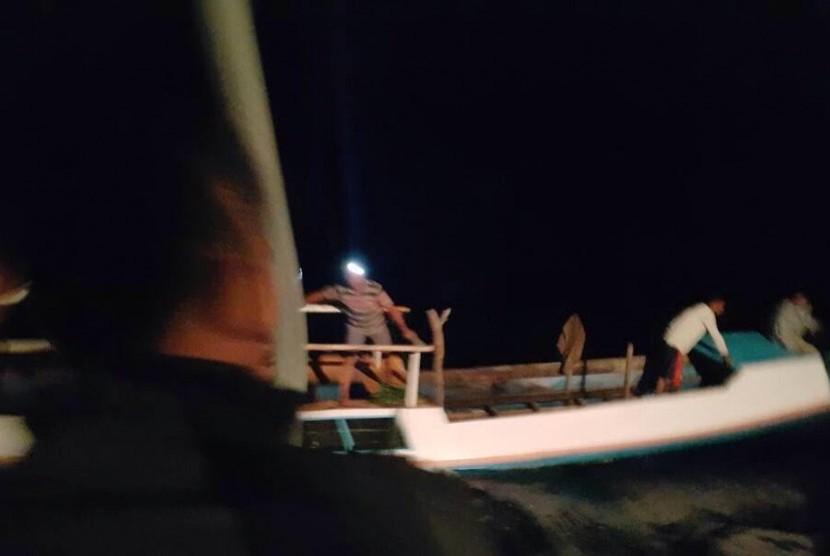 Petugas Bea Cukai berhasil melakukan aksi penyelamatan sebuah kapal nelayan yang mengalami kerusakan dan nyaris tenggelam di perairan Maumere, Nusa Tenggara Timur.