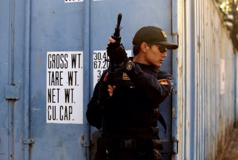 Petugas Bea Cukai menindak pabrik minuman keras ilegal di Rancasari, Bandung.