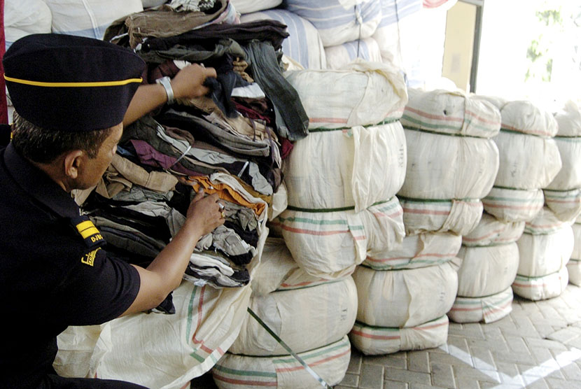 Petugas Bea Cukai menyita impor baju bekas yang diduga menngandung virus