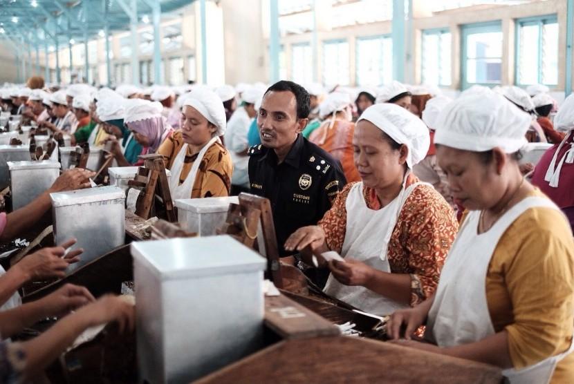 Petugas Bea Cukai sedang berbincang bersama para pekerja di pabrik rokok.