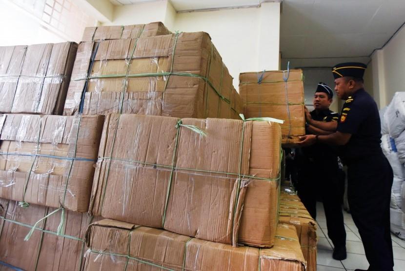 Petugas Beacukai merapikan kardus berisi rokok ilegal hasil sitaan di Kantor Beacukai Sulsel di Makassar, Sulawesi Selatan, Senin (10/4).