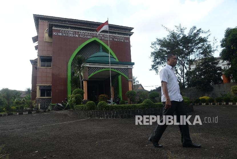 Petugas berada di depan kantor Badan Penyelenggara Jaminan Produk Halal (BPJPH) yang bertempat di Gedung Laboratorium Halal, Pondok Gede, Jakarta Timur, Selasa (25/4).