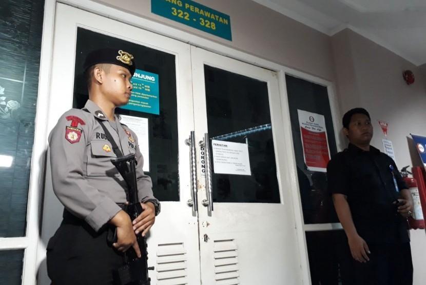 Petugas berjaga di depan pintu ruang perawatan Setya Novanto di RS Medika Permata Hijau, Jaksel, Kamis (16/11).