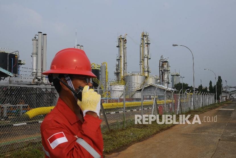 Petugas berjaga di Pertamina EP Asset 3 Subang Field di Subang, Jawa Barat, Jumat (7/4).