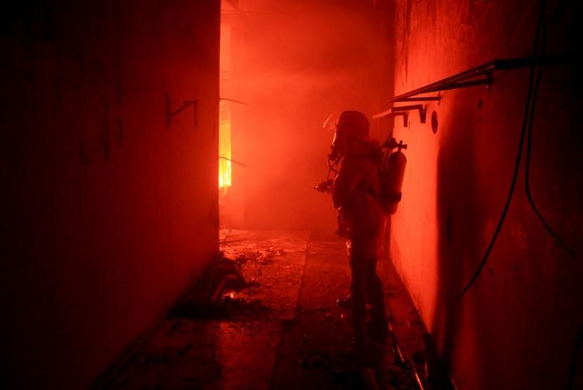 Petugas pemadam kebakaran berusaha memadamkan api (ilustrasi)