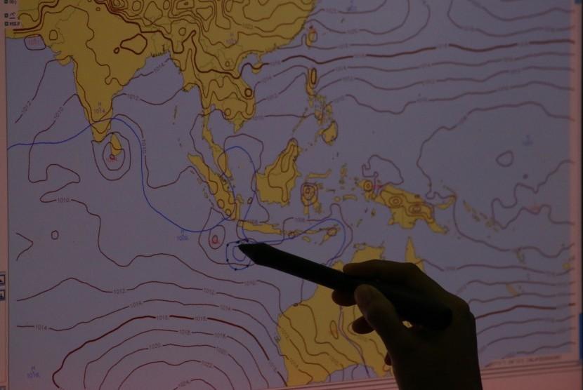 Petugas BMKG menunjukkan area pergerakan badai Siklon Tropis Cempaka di Laboratorium BMKG Kemayoran, Jakarta, Rabu (29/11).