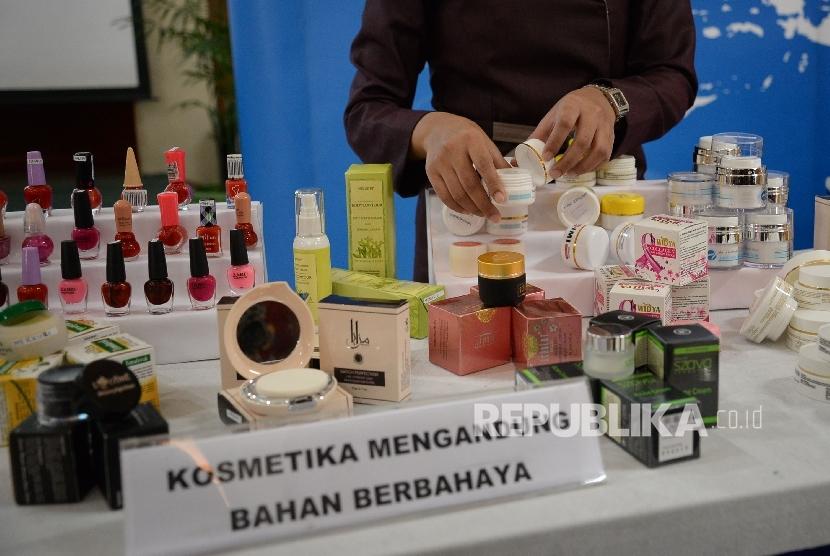 Petugas BPOM menunjukan barang sitaan saat rillis kosmetika impor ilegal dan kosmetika mengandung bahan berbahaya di Kantor BPOM, Jakarta, Selasa (6/12).