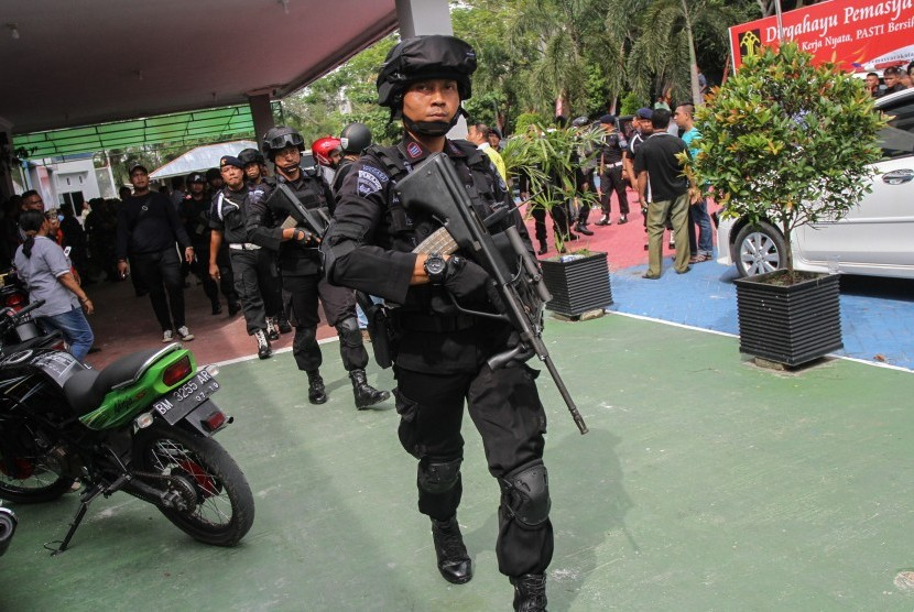 [ilustrasi] Petugas Brimob Polda Riau bersenjata lengkap berjaga.