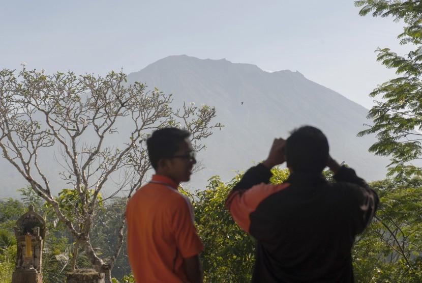 Petugas dan warga memantau aktifitas Gunung Agung di Pos Pemantauan Desa Rendang, Karangasem, Bali, Jumat (15/9).