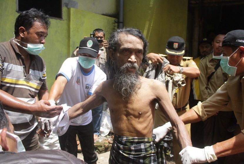 Petugas gabungan mengevakuasi seorang penderita gangguan kejiwaan (Ilustrasi)