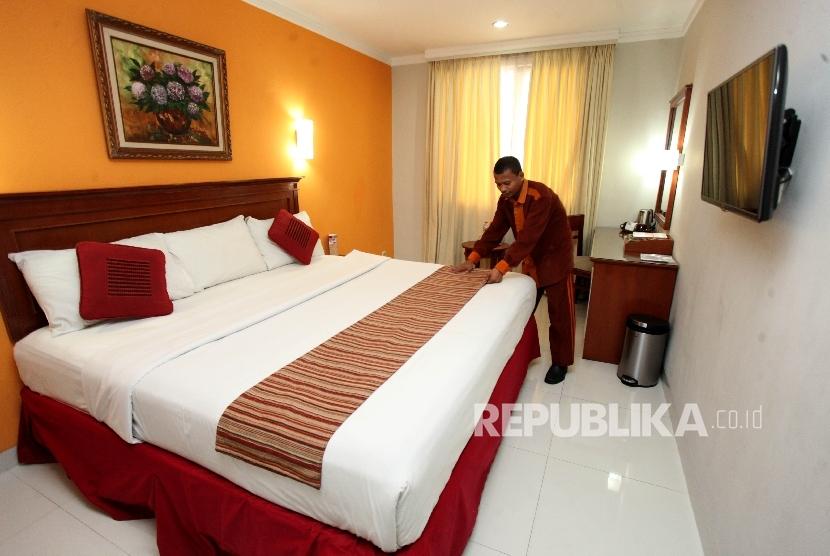Petugas house keeping membersihkan salah satu kamar di Hotel Syariah Sofyan Inn Tebet, Jakarta, Selasa (11/7).