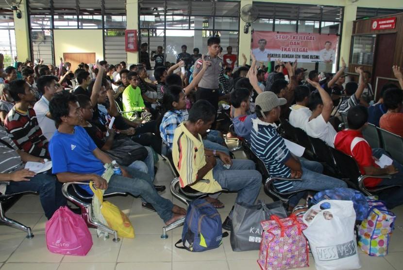 Petugas imigrasi dan kepolisian mendata TKI ilegal yang dipulangkan pemerintah Malaysia setibanya di Terminal Pelabuhan Tunon Taka Kabupaten Nunukan, Kalimantan Utara, Kamis (30/3).