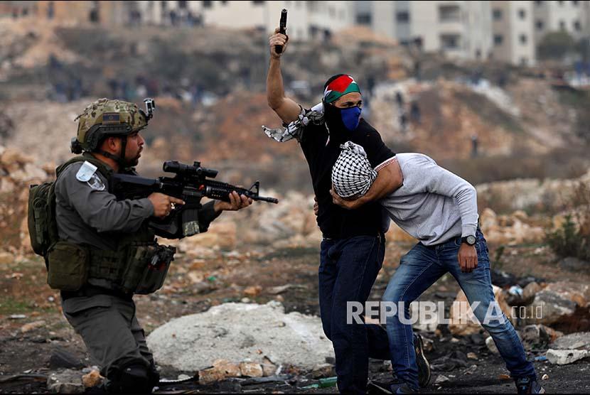 Petugas intel Israel yang menyamar menangkap pemuda Palestina pada aksi unjukrasa di Kota Ramallah, Tepi Barat, Palestina.