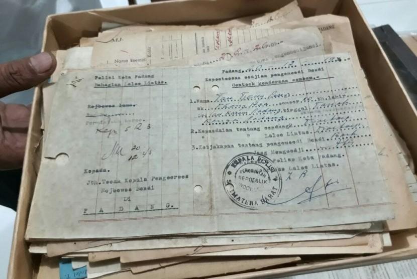 Petugas Kantor Arsip menunjukkan dokumen Surat Izin Mengemudi (SIM) khusus bendi di Kota Padang pada 1945.