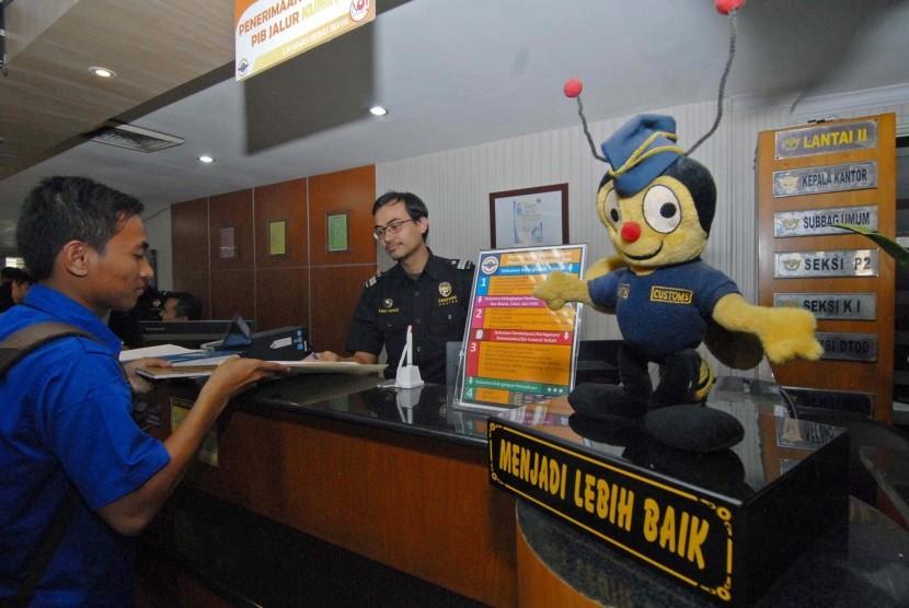 Petugas Kantor Pelayanan Utama Bea dan Cukai Bandara Soekarno Hatta melayani konsumen, Tangerang, Banten, Rabu (29/7).