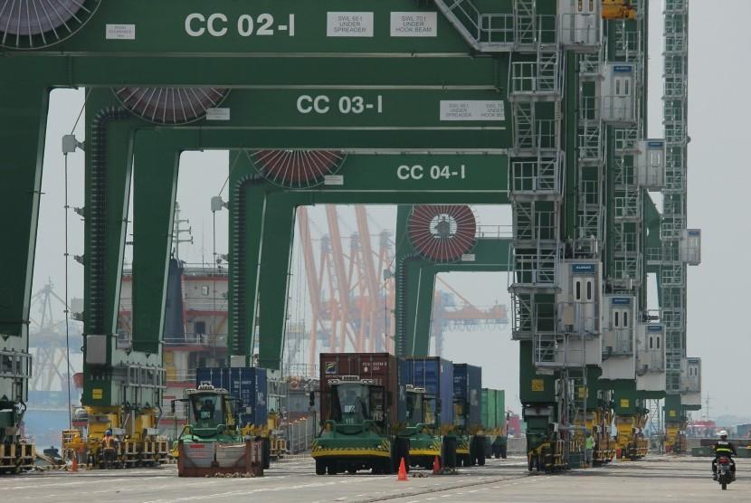 Petugas keamanan mengawasi proses bongkar muat kontainer di Terminal Teluk Lamong, Surabaya, Jawa Timur, Minggu (19/3).