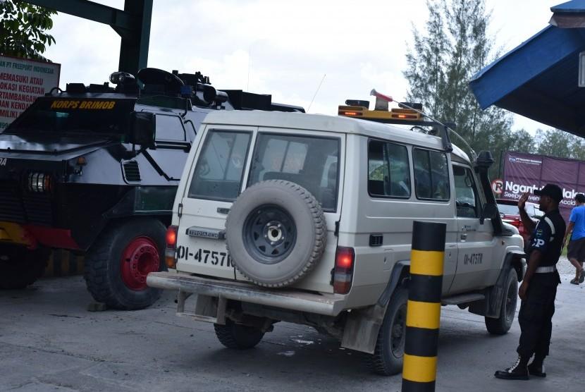 Petugas keamanan mengecek kendaraan pekerja di Check Poin 28 sebagai akses keluar masuk kendaraan PT Freeport di Timika, Papua, Minggu (30/4).