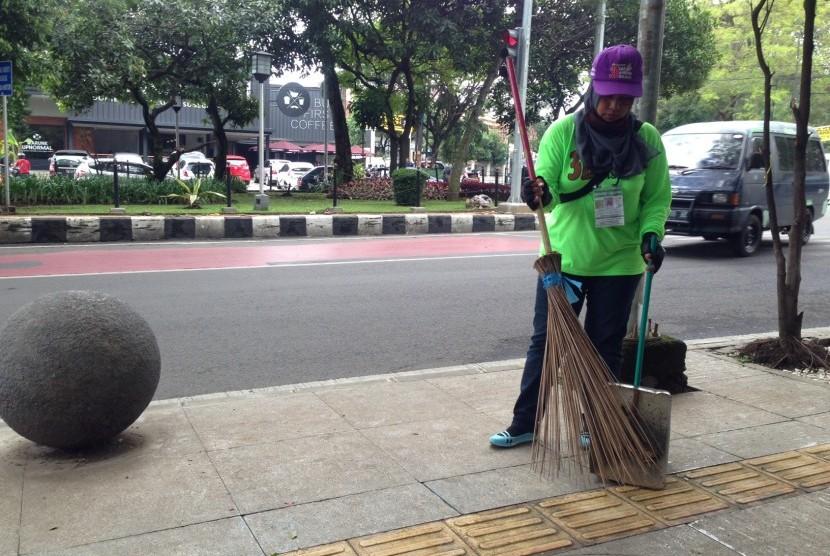Baznas Bukittinggi Salurkan Zakat bagi Petugas Kebersihan