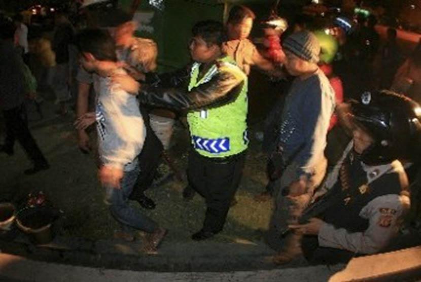 Petugas kepolisian menangkap anggota geng motor (ilustrasi).