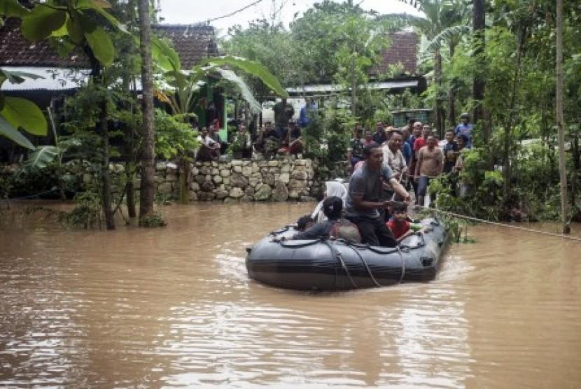 Petugas Kepolisian mengevakuasi korban banjir di Pacarejo, Semanu, Gunungkidul, DI Yogyakarta, Rabu (29/11).