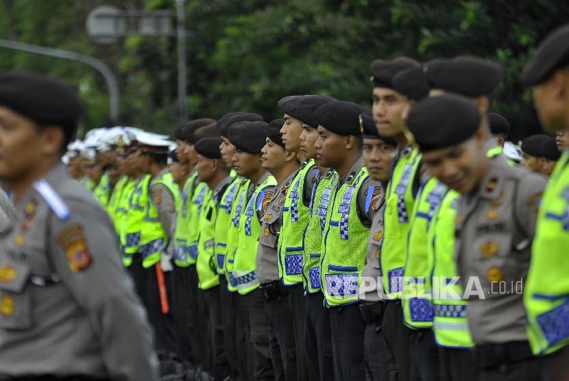 Petugas kepolisian mengikuti Apel Gelar Pasukan Ops Ramadniya Lodaya 2017 di depan Gedung Sate, Jalan Diponegoro, Kota Bandung, Senin (19/6).
