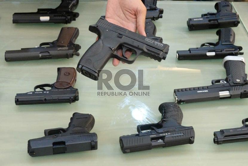 Petugas kepolisian menunjukkan barang bukti dan tersangka saat gelar perkara pengungkapan kasus peredaran senpi ilegal dan air soft gun di Mapolda Metro Jaya, Jakarta, Ahad (15/11). (Republika/Yasin Habibi)