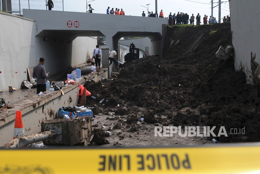 Petugas Kepolisian Polres Bandara Soekarno Hatta melakukan olah TKP longsornya dinding penahan terowongan (underpass) Kereta Api Bandara di kawasan Parimeter Selatan Kawasan Bandara Soekarno Hatta, Tangerang, Banten, Selasa (6/2).