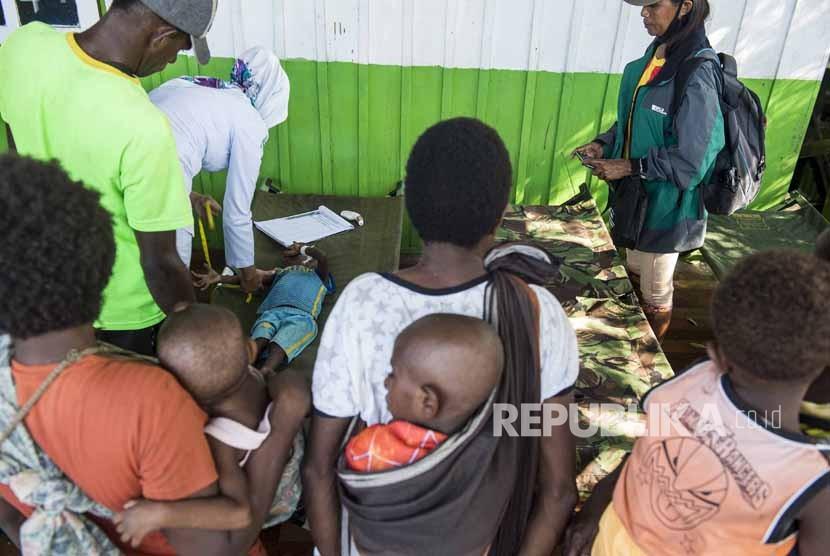 Petugas kesehatan memberikan perawatan kepada sejumlah anak penderita gizi buruk dari kampung Warse, Distrik Jetsy di RSUD Agats, Kabupaten Asmat, Papua, Senin (22/1).