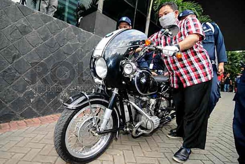 Petugas KPK menuntun motor gede merk klasik merk BMW yang disita dari kediaman Rudi Rubiandini di Gedung KPK, Jakarta, Rabu (14/8). Foto: Wihdan Hidayat/Republika