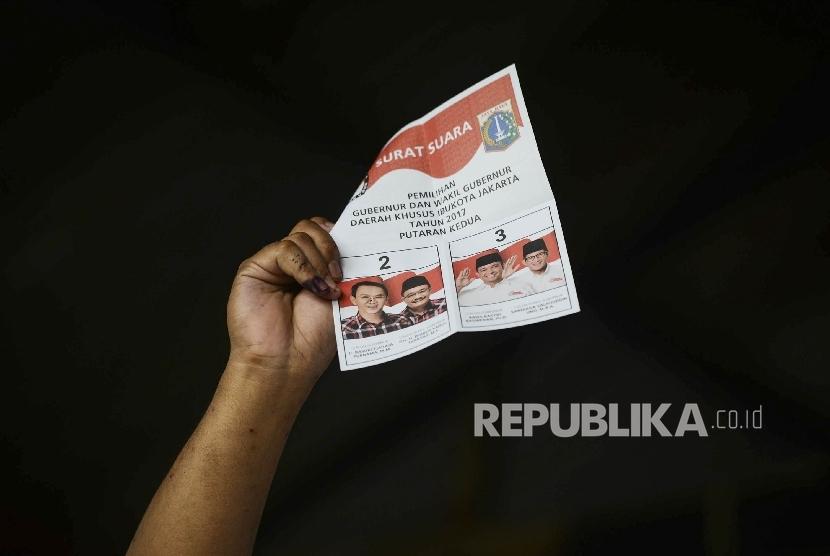 Petugas KPPS melakukan penghitungan surat suara di Tempat Pemungutan Suara (TPS) 32, Cililitan, Jakarta Timur, Rabu (19/4).