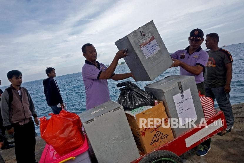 Petugas KPU dibantu anggota sat pol pp menurunkan logistik yang akan digunakan dalam simulasi pemungutan dan perhitungan suara Pillgub DKI Jakarta di Pulau Pramuka, Kepulauan Seribu, Sabtu (4/2)