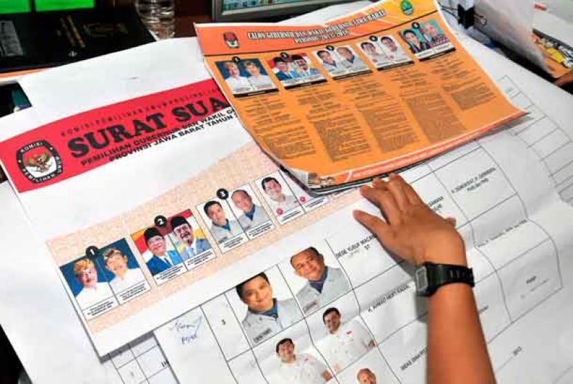 Petugas KPU Jabar memerlihatkan contoh kertas suara Pilgub Jabar 2013 di kantor KPU Jabar, Bandung, Jawa Barat, Senin (21/1).