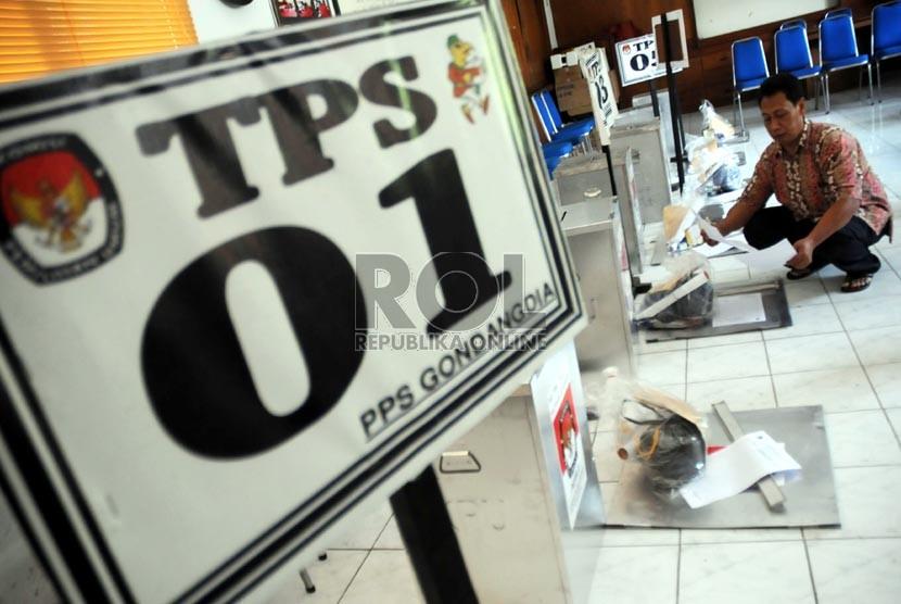 Petugas KPUD DKI Jakarta dan petugas pemungutan suara mengecek logistik Pilkada DKI Jakarta di Kantor Kelurahan Gondangdia, Menteng, Jakarta Pusat, Selasa (18/9).    (Aditya Pradana Putra/Republika)