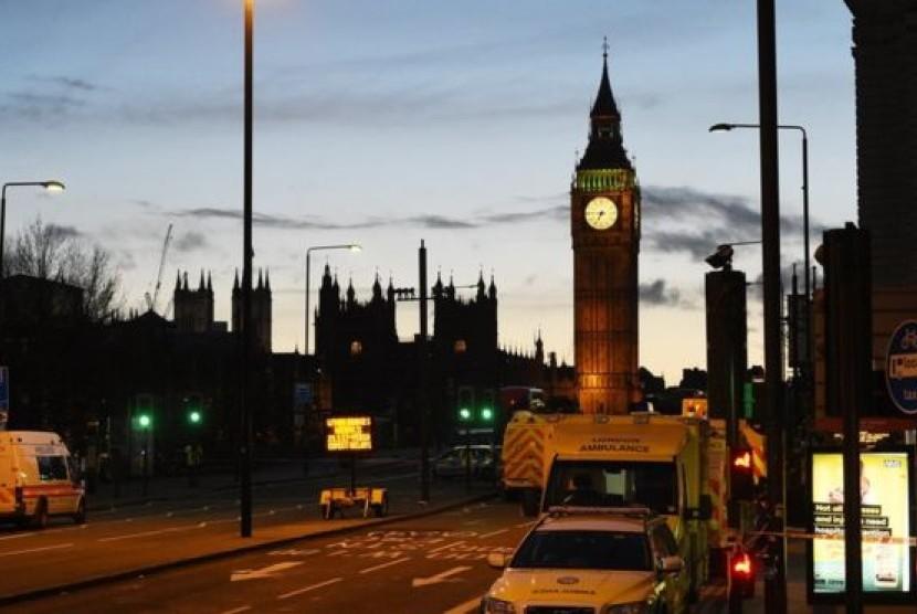 Petugas layanan darurat terus bekerja hingga malam usai penyerangan di luar gedung Parlemen Inggris di London, Rabu (22/3).