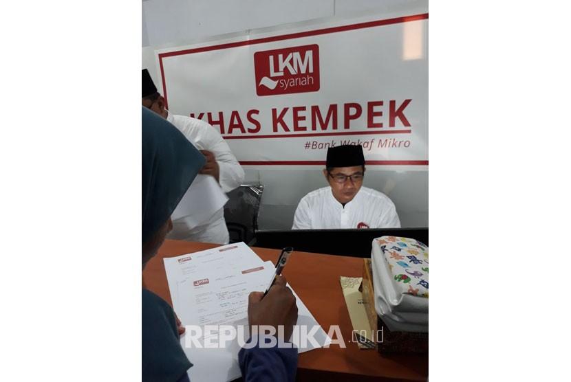 Petugas Lembaga Keuangan Mikro Syariah (LKMS) KHAS Kempek di lingkungan Pesantren KHAS Kempek, Cirebon, tengah melayani nasabah pembiayaan usai lembaga ini diresmikan oleh Presiden Joko Widodo dan OJK pada Jumat (20/10).