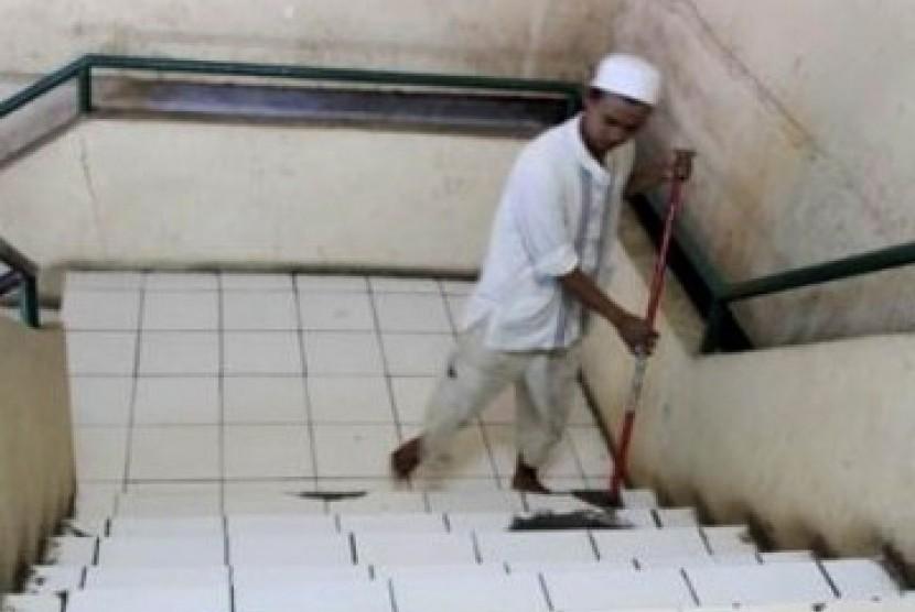 Petugas Marbot sedang membersihkan masjid. (ilustrasi)