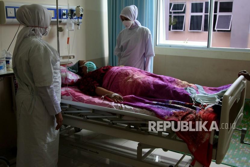 Petugas medis Rumah Sakit Umum Zainal Abidin (RSUZA) merawat pasien penderita difteri, di Banda Aceh, Aceh, Selasa (19/12).