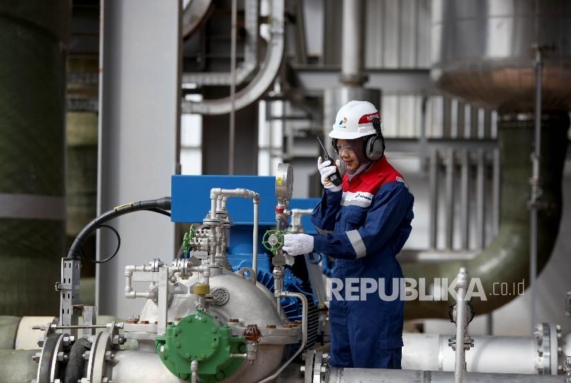 Petugas melakukan monitoring di area Pembangkit Listrik Tenaga Panas Bumi (PLTP) Ulubelu Unit 3 dan 4, Tanggamus, lampung, Jumat (16/6).