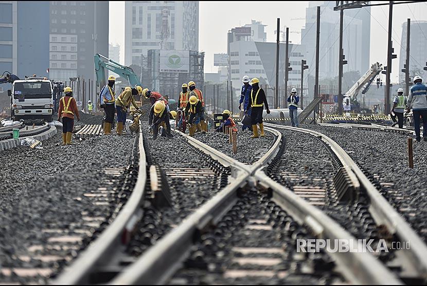 Petugas melakukan pemasangan bantalan rel di Depo MRT Lebak Bulus, Jakarta, Senin (14/8). Proyek MRT Jakarta memasuki tahap pemasangan rel dari Depo Lebak Bulus dan pada akhir 2017 tahap konstruksi akan mencapai 93 persen secara keseluruhan.