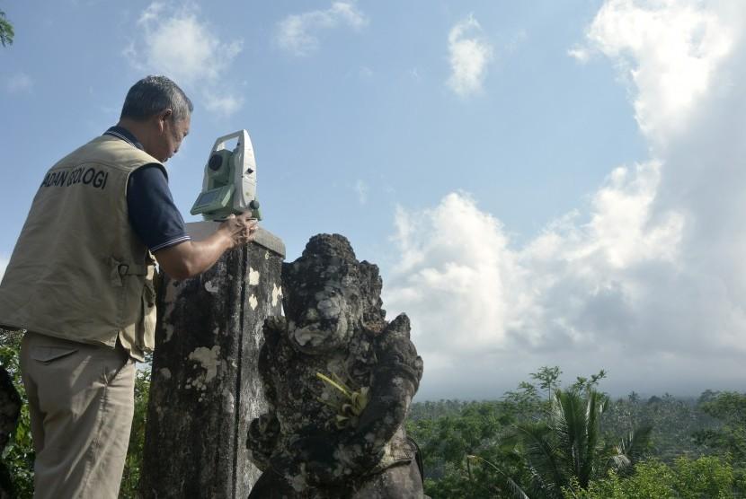 Petugas melakukan pengamatan bentuk gunung menggunakan alat Electronic Distance Measurement di Pos Pengamatan Gunung Agung Desa Rendang, Karangasem, Bali, Rabu (27/9).
