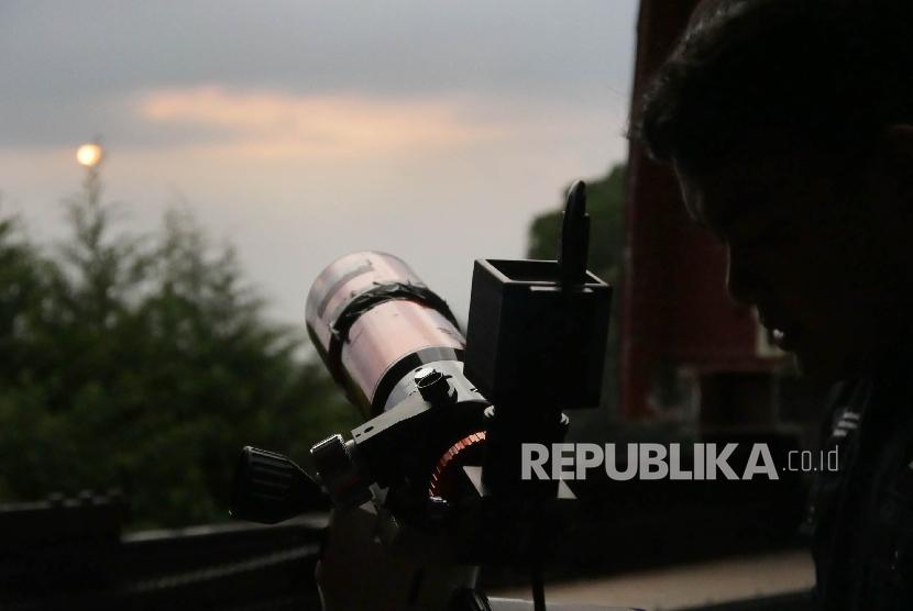Petugas melakukan pengamatan hilal di Observatorium Bosscha, Lembang, Kabupaten Bandung Barat, Jumat (26/5).