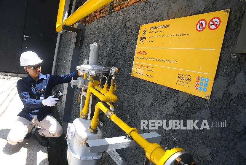 Petugas melakukan pengecekan Meter Regulating Station (MRS) PT Perusahaan Gas Negara (Persero) Tbk (PGN) di Jakarta, Kamis (6/4).