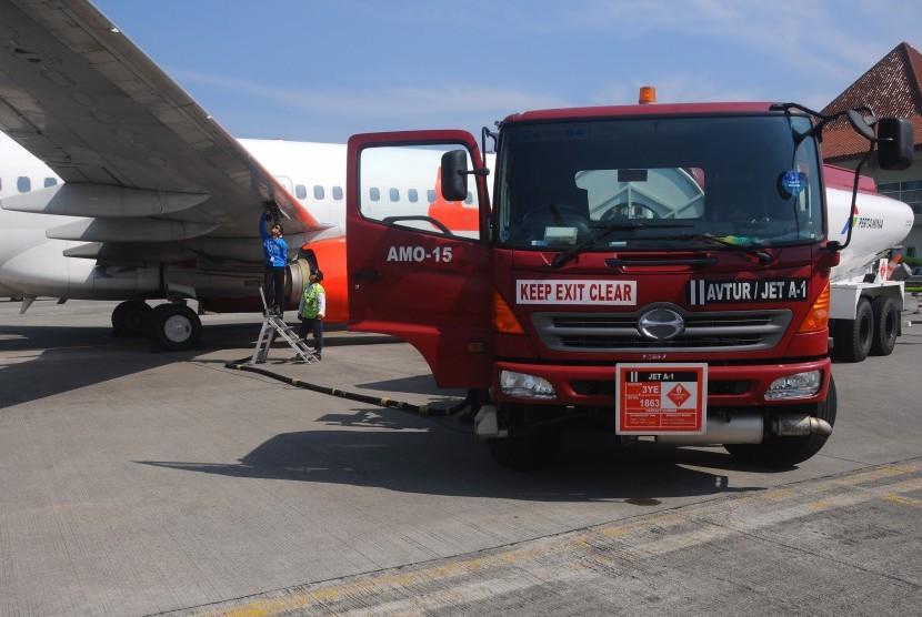 Petugas melakukan pengisian bahan bakar avtur pada salah satu pesawat komersial di Apron Bandara Adi Soemarmo, Boyolali, Jawa Tengah, Senin (12/6).